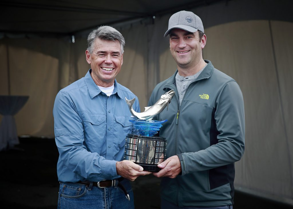 <em>* 2015 Tournament winner Bob Wallis presents 2016 winner Glenn Fereday with the coveted trophy. </em>